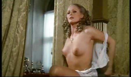 دختر در جوراب ساق بلند و انگشتان دست دانلود رایگان فیلم سکسی داستانی